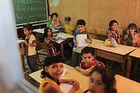 2011 Mokattam Garbage City (alla periferia del Cairo) il quartiere copto dove si vive in mezzo alla spazzatura raccolta: a scuola, bambini in una classe.