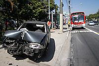ATENÇÃO EDITOR: FOTO EMBARGADA PARA VEÍCULOS INTERNACIONAIS SÃO PAULO,SP,28 NOVEMBRO 2012 -CARRO ABANDONADO ZONA LESTE - Um veiculo está em cima da calçada na Av. Radial Leste altura do numero 3.700 sentido bairro na região do Belém segundo informações o carro está na calçada a mais de 20 dias  (FOTO: ALE VIANNA -BRAZIL PHOTO PRESS).