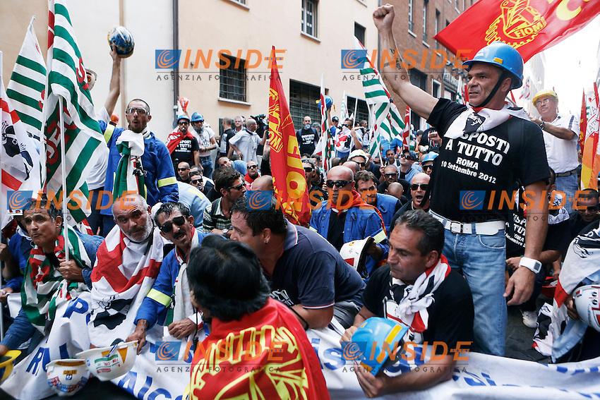I manifestanti durante il corteo.Roma 10/09/2012 Manifestazione dei lavoratori dell'Alcoa di Portovesme, davanti al Ministero dello Sviluppo Economico durante l'incontro tra i rappresentanti sindacali e il Governo..Foto Serena Cremaschi Insidefoto