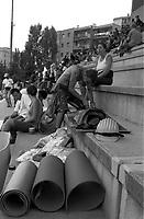 Genova 20 Luglio 2001.G8.Stadio Carlini,Disobbedienti prima del corteo preparano le protezioni