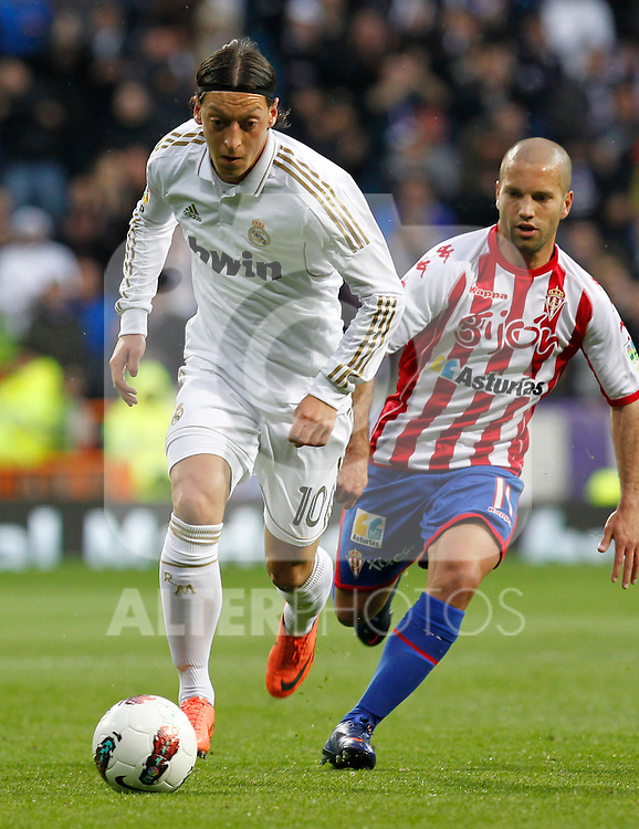 Madrid (14/04/2012).- Estadio Santiago Bernabeu..Liga BBVA.Real Madrid - Sporting de Gijon..Ozil, Lora...Photo: Alex Cid-Fuentes / ALFAQUI..