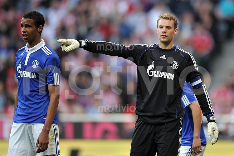 Fussball 1. Bundesliga :  Saison   2010/2011   32. Spieltag   30.04.2011 FC Bayern Muenchen - FC Schalke 04 Joel Matip, Torwart Manuel Neuer (v. li., FC Schalke 04)