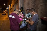 La Habana, Cuba. 28 de Marzo de 2016.-  En las esquinas de la calle 23 en la zona tur&iacute;stica del Vedado en La Habana Cuba, se observa a grupos de personas paradas con un brillo sobre su cara, sin platicar e inmersos en su tel&eacute;fono m&oacute;vil. Estos lugares son casi &uacute;nicos de la ciudad: son puntos de acceso wifi. Gratuito no lo es, en lugares especializados se expenden tarjetas con un valor cercano a 2 CUC (equivalente a dos d&oacute;lares americanos) que incluye una clave de acceso a una hora de internet. Sin embargo estos lugares cierran temprano y para estar conectado durante la noche es necesario comprar en las calles sin importar que el valor se incremente a 3 CUC. La conexi&oacute;n es lenta y no regular.<br /> No obstante, los j&oacute;venes y turistas se amontonan para poder conectarse al mundo virtual aunque sea por una hora al d&iacute;a.
