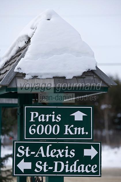 Amérique/Amérique du Nord/Canada/Québec/Mauricie/Saint-Alexis-des-Monts:  A la sortie de la route  de la Pourvoirie du Lac Blanc le panneau routier indiquant les distances même pour Paris