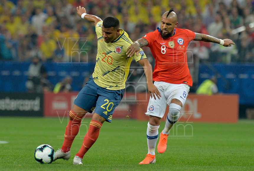 SAO PAULO – BRASIL, 28-06-2019: Roger Martinez de Colombia disputa el balón con Arturo Vidal de Chile durante partido por cuartos de final de la Copa América Brasil 2019 entre Colombia y Chile jugado en el Arena Corinthians de Sao Paulo, Brasil. / Roger Martinez of Colombia vies for the ball with Arturo Vidal of Chile during the Copa America Brazil 2019 quarter-finals match between Colombia and Chile played at Arena Corinthians in Sao Paulo, Brazil. Photos: VizzorImage / Julian Medina / Cont /