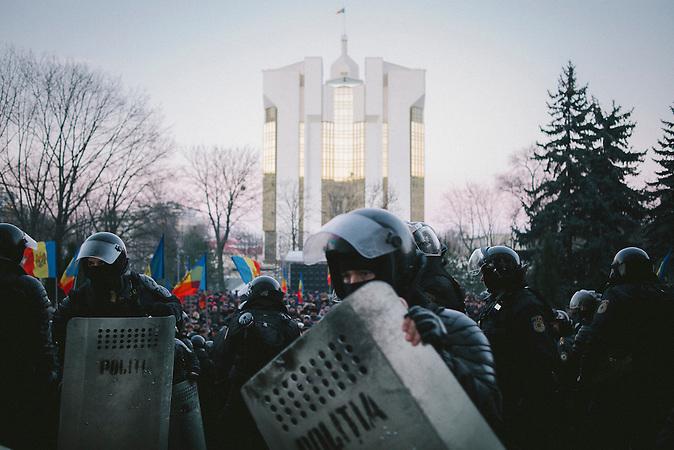 Pr&auml;sidentengeb&auml;ude im Hintergrund. Zehntausende demonstrieren gegen die neue Regierung in Chisinau, Republik Moldau. / <br />Presidency building in the background. Tens of thousands protest against the new government in Chisinau, Republic of Moldova.