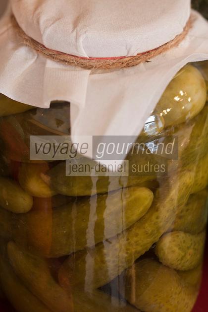 Europe/Voïvodie de Petite-Pologne/Cracovie: Détail bocaux de légumes , cornichons ou concombres à la saumure, au restaurant: Polakowski