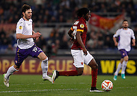 Calcio, Europa League: Ritorno degli ottavi di finale Roma vs Fiorentina. Roma, stadio Olimpico, 19 marzo 2015.<br /> Roma's Gervinho, right, is chased by Fiorentina's Jose' Basanta during the Europa League round of 16 second leg football match between Roma and Fiorentina at Rome's Olympic stadium, 19 March 2015. Fiorentina won 3-0.<br /> UPDATE IMAGES PRESS/Isabella Bonotto