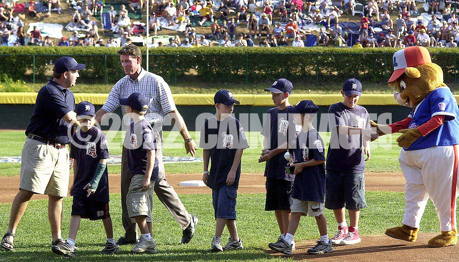 "Baseball Hall of Fame pitcher Jim Palmer, second from the left, shakes hands with members of the Leesburg, Virginia Little League team after giving them the ""OxiClean True Grit"" award before the start of the Little League World Series Championship Game, Sunday, August 25, 2002, in South Williamsport, Pennsylvania. The prize was a trip to the Little League World Series, and to meet Jim Palmer. (Photo by William Thomas Cain/photodx.com)"