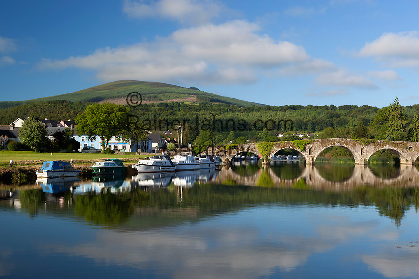 Ireland, County Kilkenny, Graiguenamanagh: View over River Barrow to Tinnahinch, stone arched bridge and Brandon Hill | Irland, County Kilkenny, Graiguenamanagh: Blick ueber den Barrow Riverund einer Steinbogenbriuecke nach Tinnahinch und Brandon Hill