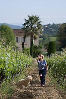 Europe/Provence-Alpes-Côte d'Azur/83/Var/env de Saint-Tropez/ Gassin :  régine Sumeire et son chien Yoyo  au Domaine Barbeyrolles -AOC Côtes de Provence