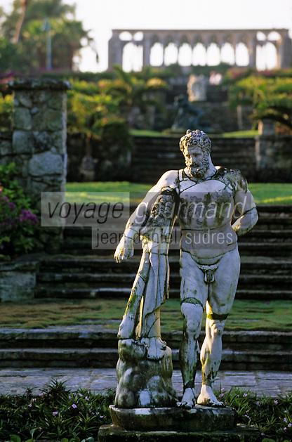 """Iles Bahamas / New Providence et Paradise Island / Nassau: Hotel """"One & Only Océan Club"""" le jardin """"Versailles Garden"""" statue classique et le cloitre Augustin du XIV e Siècle venant de Montrejeau"""