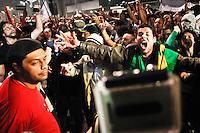 SÃO PAULO,SP,20 JUNHO 2013 - PROTESTO PASSE LIVRE - Integrantes do Partido dos Trabalhadores (PT) chegam e são hostilizados por manifestantes  que  realizam protesto na Pça dos Cilistas  na região da Av.Paulista em São Paulo, no final da tarde desta quinta- feira (20).FOTO ALE VIANNA - BRAZIL PHOTO PRESS