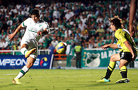 CALI- COLOMBIA -22 -01-2014: Robin Ramirez (Izq.) jugador de Deportivo Cali disputa el balón con Stefan Medina (Der.) jugador del Atletico Nacional en durante partido de ida por la Super Liga 2014, jugado en el estadio Pascual Guerrero de la ciudad de Cali. / Robin Ramirez (L) player of Deportivo Cali vies for the ball with Stefan Medina (R) player of Atletico Nacional during a match for the first leg of the Super Liga 2014 at the Pascual Guerrero Stadium in Cali city. Photo: VizzorImage  / Juan C Quintero  / Str.