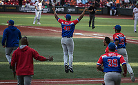 Fernando Cruz (48) de los los Criollos de Caguas de Puerto Rico, salta durante el festejo al obtener el pase a la final, luego de  derrotar 6 carreras por 5 a los Caribes de Anzoátegui de Venezuela, durante la Serie del Caribe en estadio Panamericano en Guadalajara, México, Miércoles 7 feb 2018.  (Foto: AP/Luis Gutierrez)