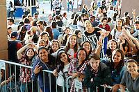 SAO PAULO, SP, 22.04.2014. MOVIMENTAÇÃO - SHOW DEMI LOVATO. Fãs aguardam em fila abertura dos portões para apresentação do primeiro show da cantora americana Demi Lovato em São Paulo. (Foto: Adriana Spaca/Brazil Photo Press)