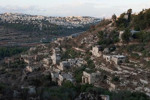 Lifta, Jerusalem. L'ancien village palestinien de Lifta, dont les habitants ont ete chasse pendant la guerre de 1948. Le lieu est apprecie par promeneurs du weekend, et en particulier les juifs orthodoxes qui viennent profiter de la source du village pour faire leur bain rituel de shabbat, mais un projet de centre commercial est prevu a cet endroit.
