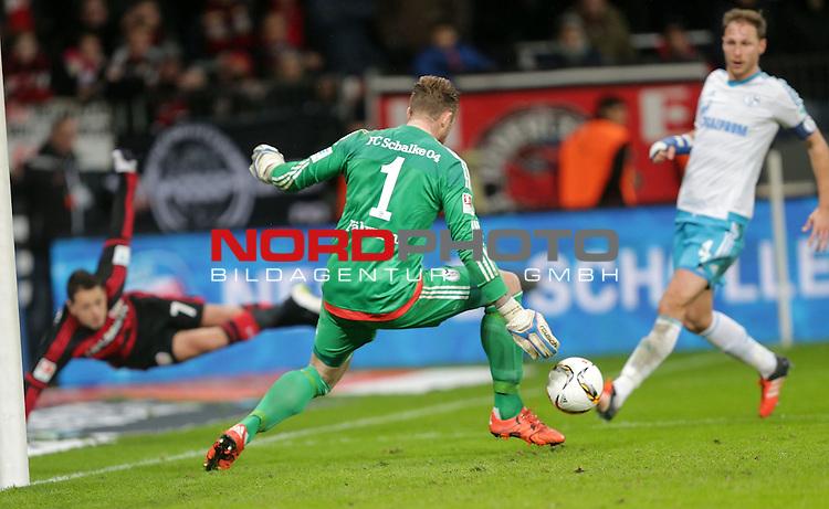 29.11.2015, BayArena, Leverkusen, GER, 1.FBL, Bayer 04 Leverkusen vs FC Schalke 04<br /> Chicharito (Leverkusen) flankt den Ball nach innen, Ralf F&auml;hrmann (Schalke) lenkt den Ball ab, Sascha Reiter (Schalke) k&ouml;pft das Eigentor f&uuml;r Leverkusen<br /> <br /> Foto &copy; nordphoto /  Bratic