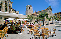 Spain, Catalonia, Costa Brava, Besalu: Cafe Scene in Town Square | Spanien, Katalonien, Besalu: Cafe im Ortszentrum