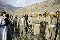 Irak 1985.Dans les zones libérées, région de Lolan, Dr Said barzani avec ses peshmergas.Iraq 1985.In liberated areas, Lolan district, Dr. Said Barzani and his peshmergas