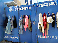 SAO PAULO - SP - 01 DE AGOSTO DE 2013 - DOAÇÃO DE ROUPAS - Cabides solidários foram colocados, por moradores e frequentadores da região, na Rua Fradique Coutinho, alt. 300 - Pinheiros - zona oeste, aonde as pessoas podem depositar ou retirar roupas usadas. A inicativa está ajudando moradores de ruas a se agasalharem neste inverno.  FOTO: MAURICIO CAMARGO / BRAZIL PHOTO PRESS.