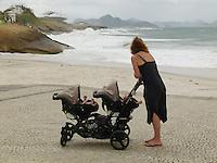ATEN&Ccedil;AO EDITOR  FOTO EMBARGADA PARA VEICULOS INTERNACIONAIS - RIO DE JANEIRO, RJ 27 DE SETEMBRO 2012 - Nesta manha (27) Ressaca nas praias da cidade do Rio de Janeiro.<br /> Praia deIpanemaa<br /> FOTO RONALDO BRANDAO/BRAZIL PHOTO PRESS