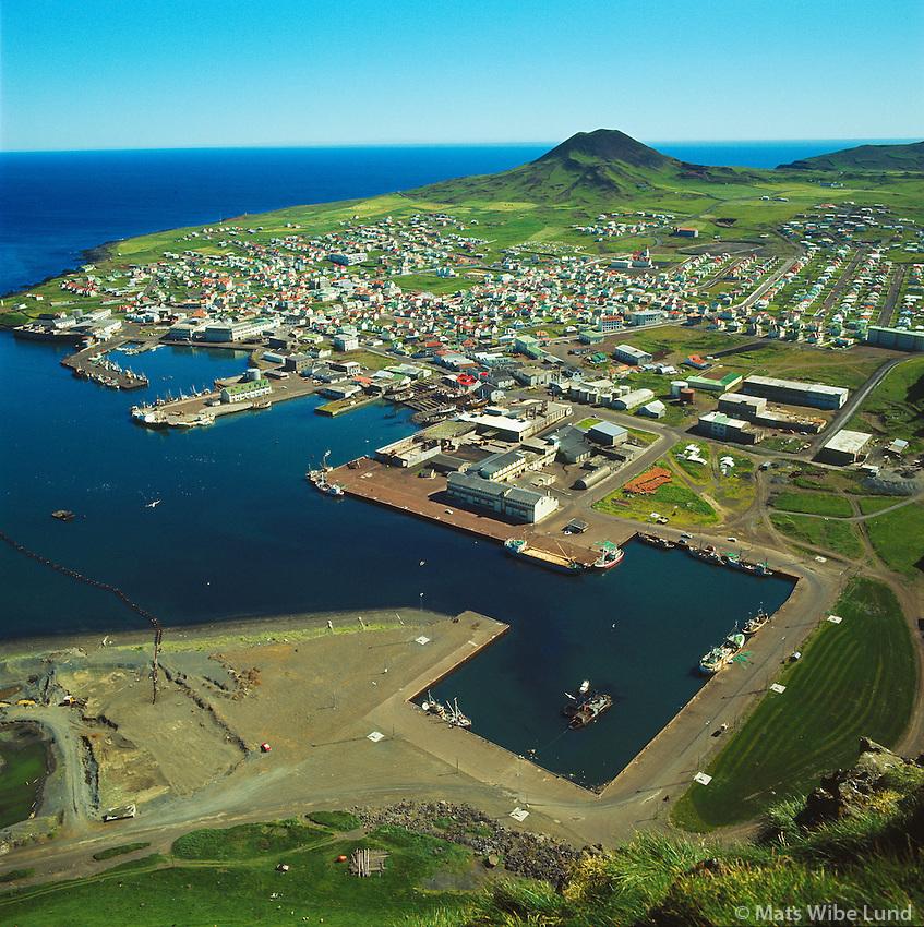 Heimaey - Vestmannaeyjar höfn fyrir gos, séð til suðsuðausturs /  Heimaey - Vestmannaeyjar town and harbour prior to the volcanic eruption 1973. Viewing southsoutheast.l