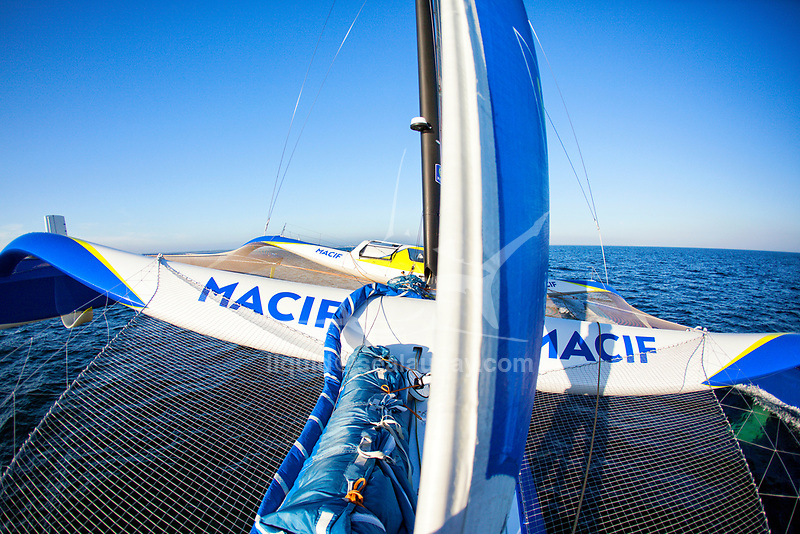 24 hours with French sailor François Gabart onboard  his 100ft trimaran MACIF designed by the VPLP design team, this 30-metre wide, 21 metre wide boat has been designed for solo sailing. A light boat (14.5 tonnes) with very fine hulls.