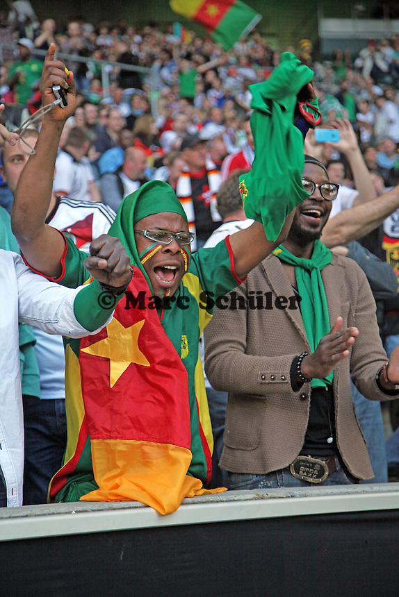 Fan aus Kamerun feuert Samuel Eto'o beim Warmmachen an - Deutschland vs. Kamerun, Mönchengladbach
