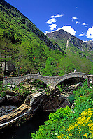 CHE, Schweiz, Tessin, Lavertezzo im Val Verzasca: Ponte dei Salti - roemische Bruecke ueber das Fluesschen Verzasca | CHE, Switzerland, Ticino, Lavertezzo at Verzasca Valley: Ponte dei Salti - roman bridge across river Verzasca