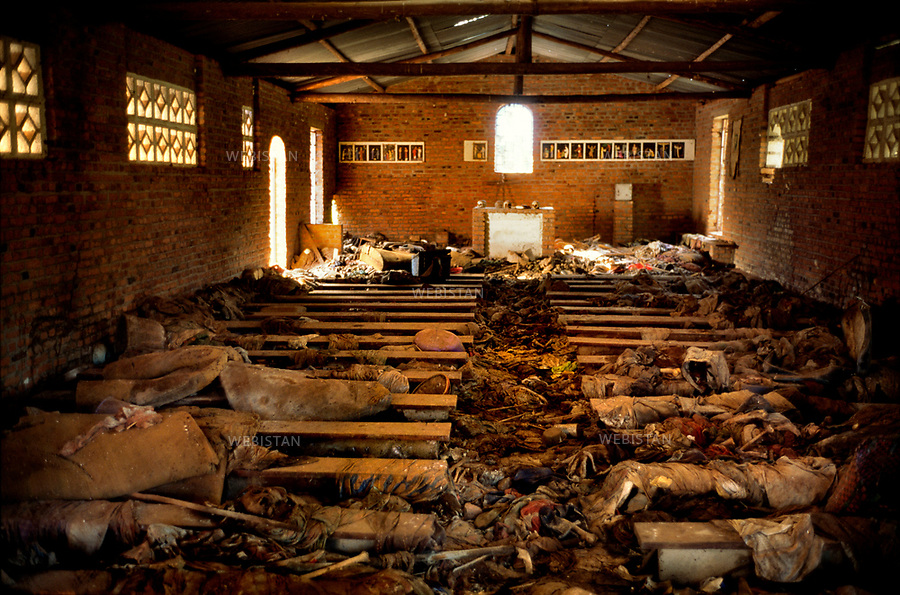 1996. Rwanda. Nyamata. Human skeletons and skulls have been left as they stood inside a church where, during the 1994 Rwandan Genocide, on the 15th of April, 5000 Tutsis were slaughtered by Hutus. Rwanda. Nyamata. Squelettes et crânes humains ont été laissés en l'état à l'intérieur d'une église où, lors du génocide au Rwanda en 1994, le 15 avril, 5000 Tutsis furent massacrés par des Hutus.