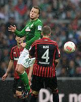FUSSBALL   1. BUNDESLIGA   SAISON 2012/2013    33. SPIELTAG SV Werder Bremen - Eintracht Frankfurt                   11.05.2013 Philipp Bargfrede (li, SV Werder Bremen) gegen Marco Russ (re, Eintracht Frankfurt)