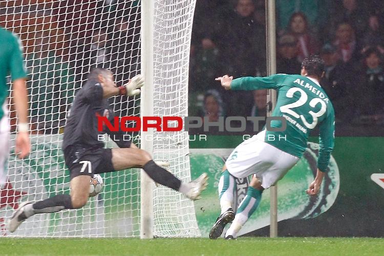 UEFA  Champions League  2007/2008 Gruppe C <br /> 2. Gruppenspiel - Weser Stadion Bremen<br /> <br /> WERDER BREMEN (GER) - OLYMPIAKOS PIR&Auml;US (GRE)<br /> <br /> 1:0 durch Hugo Almeida ( Bremen POR #23 ) -Leonidas Panagopoulos (Athen GRE #1) machtlos li Clemens Fritz ( Bremen GER #8)<br /> <br /> Foto &copy; nph (  nordphoto  )<br /> <br /> <br /> <br />  *** Local Caption ***