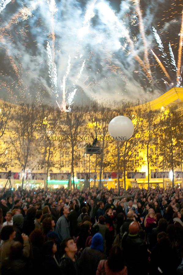 Embrasement de le place du Nombre d'Or à Montpellier pour cloturer les soirees du festival ZAT..Firework fot the end of the festival ZAT at Montpellier.