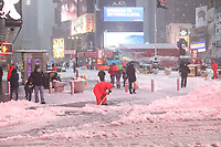 NEW YORK, NY, 14.03.2017 - CLIMA-NEW YORK - Vista da Times Square durante a Nevasca Stella considerada a maior tempestade de neve dos últimos anos provocando cancelamento de quase 7.000 voos segundo a CNN. A Times Square fica localizada em Manhattan em New York nos Estados Unidos. (Foto: William Volcov/Brazil Photo Press)