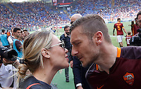 Calcio, Serie A: Roma vs ChievoVerona. Roma, stadio Olimpico, 8 maggio 2016.<br /> Roma's Francesco Totti, right, kisses his wife Ilary Blasi at the end of the Italian Serie A football match between Roma and ChievoVerona at Rome's Olympic stadium, 8 May 2016.<br /> UPDATE IMAGES PRESS/Riccardo De Luca