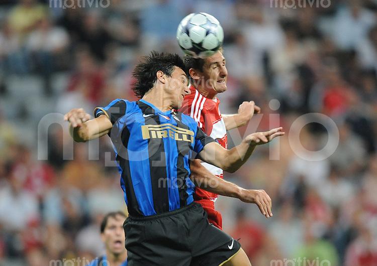 Fussball International  Vorbereitungsspiel FC Bayern Muenchen - Inter Mailand Nicolas Burdisso (Inter links) gegen Miroslav Klose (FCB)
