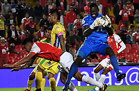 BOGOTÁ-COLOMBIA, 09-10-2019: Jefferson Duque de Independiente Santa Fe y Geovanni Banguera de Atlético Huila disputan el balón, durante partido de la fecha 16 entre Independiente Santa Fe y Atlético Huila, por la Liga Águila II 2019, jugado en el estadio Nemesio Camacho El Campín de la ciudad de Bogotá. / Jefferson Duque of Independiente Santa Fe and Geovanni Banguera of Atletico Huila fight for the ball, during a match of the 16th date between Independiente Santa Fe and Atletico Huila, for the Aguila Leguaje II 2019 played at the Nemesio Camacho El Campin Stadium in Bogota city, Photo: VizzorImage / Luis Ramírez / Staff.