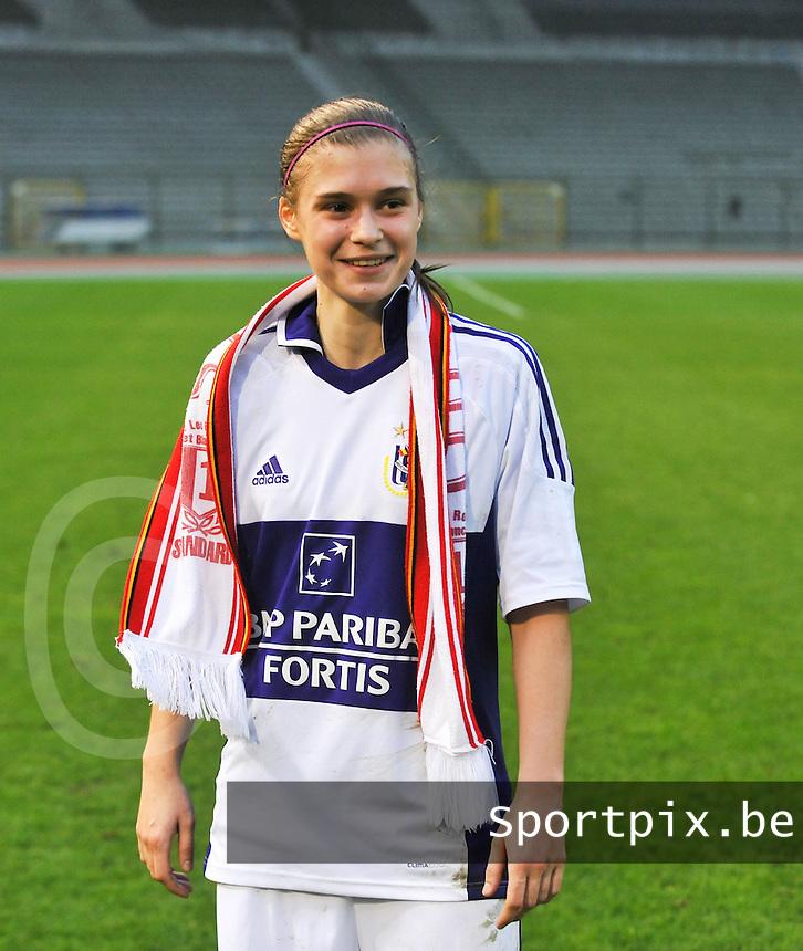 RSC Anderlecht Dames - Standard Femina de Liege : Anaelle Wiard met sjaal van Standard.foto DAVID CATRY / Vrouwenteam.be