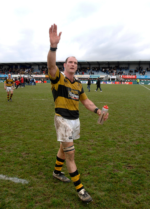 Photo: Richard Lane..Castres v London Wasps. Heineken Cup. 20/01/2007. .Wasps' Lawrence Dallaglio thanks the travelling fans for their support.