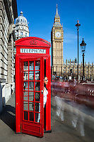 United Kingdom, England, London: Red telephone box with blurred people in Parliament Square | Grossbritannien, England, London: rote Telefonzelle am Parliament Square mit Big Ben