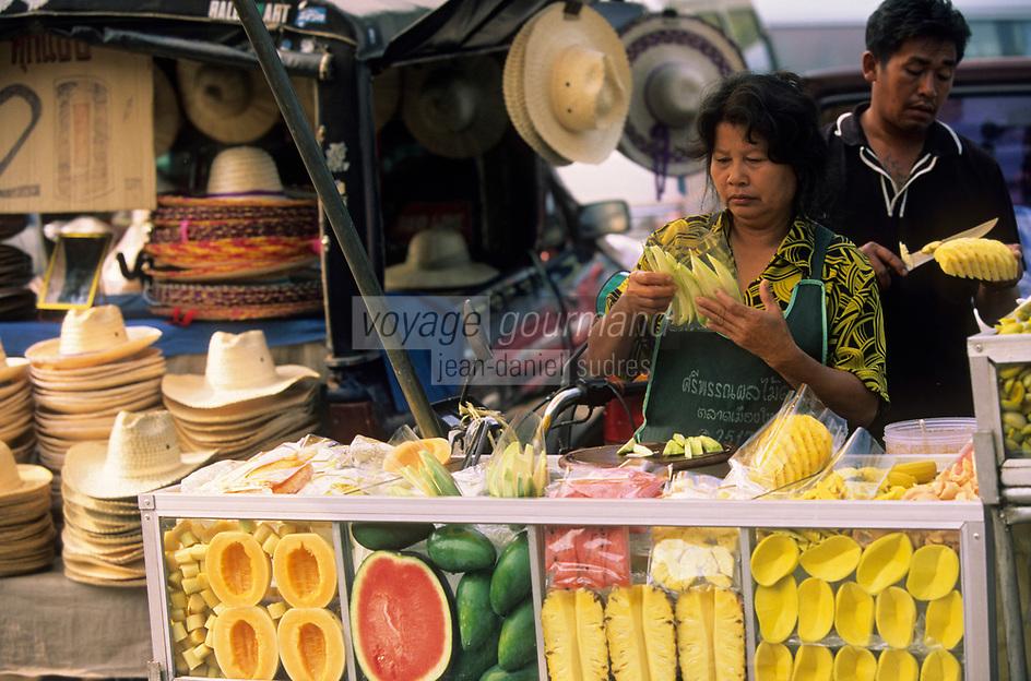 Asie/Thaïlande/Env de Chiang Mai : Marchande de fruits près du sanctuaire du Wat Phra That Doi Suthep dans la montagne Doi Suthep