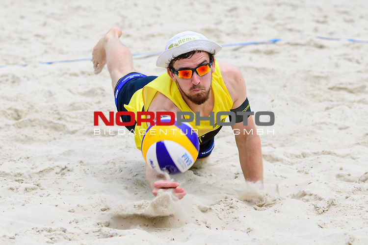 26.07.2020, Düsseldorf / Duesseldorf, Merkur Spiel-Arena<br /> Beachvolleyball, comdirect Beach Tour, Top Teams, Halbfinale, Julius Thole / Clemens Wickler vs. Nils Ehlers / Lars Flüggen / Flueggen <br /> <br /> Abwehr Lars Flüggen / Flueggen<br /> <br />   Foto © nordphoto / Kurth