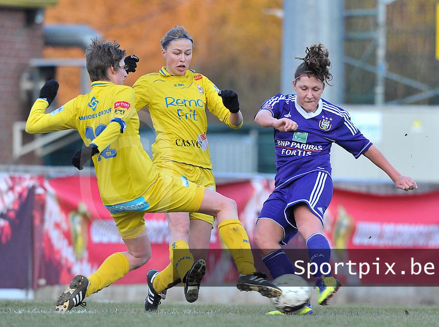 Waasland Beveren Sinaai Girls - RSC Anderlecht : duel tussen Laurence Marchal , Anouk Bonnarens (midden) en Katrijn Windey (links).foto DAVID CATRY / Nikonpro.be