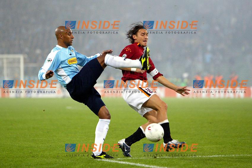 Roma 9/11/2003 <br /> Roma Lazio 2-0 <br /> Ousmane Dabo (Lazio) e Francesco Totti (Roma)<br /> Foto Andrea Staccioli Insidefoto