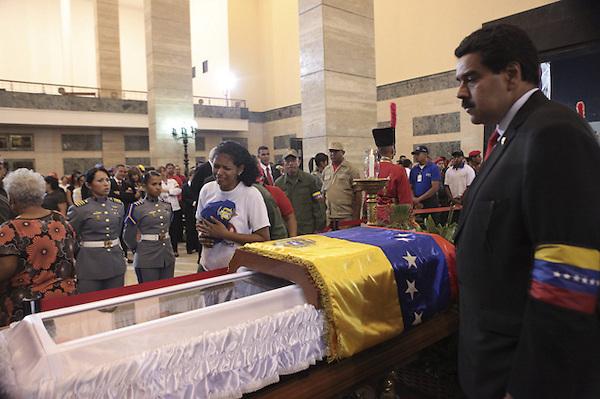 CAR4127. CARACAS (VENEZUELA), 07/03/2013.- Fotografía cedida por la presidencia de Venezuela muestra al vicepresidente del país, Nicolás Maduro (d), observando hoy, jueves 7 de marzo de 2013, el ataúd del gobernante, Hugo Chávez, en las honras fúnebres del líder venezolano en la Academia Militar de Caracas (Venezuela). El funeral de Chávez iniciará mañana a las 11.00 hora local (15.30 GMT) en la Academia Militar de Caracas, donde desde el miércoles está instalada su capilla ardiente, que permanecerá abierta durante al menos siete días más. EFE/PRESIDENCIA DE VENEZUELA/SOLO USO EDITORIAL NO VENTAS