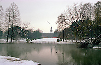Gennaio 2009, nevicata su Milano. Il laghetto al Parco Sempione e il Castello Sforzesco sullo sfondo --- January 2009, snowfall in Milan. The pond at Sempione Park and the Sforza Castle on the background