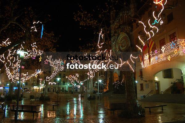 Illuminated Christmas decoration at the trees of the main square in S&oacute;ller at night<br /> <br /> Decoraci&oacute;n de navidad iluminada en los &aacute;rboles  de la Plaza de S&oacute;ller por la noche<br /> <br /> Beleuchtete Weihnachtsdekoration an der B&auml;umen um die Plaza in S&oacute;ller bei Nacht<br /> <br /> 3008 x 2000 px<br /> 150 dpi: 50,94 x 33,87 cm<br /> 300 dpi: 25,47 x 16,93 cm