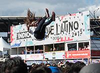 CIUDAD DE MEXICO, D.F. 13  Marzo.-  Varios jovenes se divierten durante el festival Vive Latino 2015 en el Foro Sol de la Ciudad de México. el 13 de Marzo de 2015.  FOTO: ALEJANDRO MELENDEZ