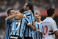 SAO PAULO SP, 29.09.2013 - Sao Paulo  X gREMIO - Time do Gremio comemora gol durante partida contra o Sao Paulo valida pelo campeonato brasileiro de 2013  no Estadio do Morumbi em  Sao Paulo, neste domingo, 29. (FOTO: ALAN MORICI / BRAZIL PHOTO PRESS).